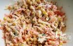 Салаты с копченой колбасой и сыром: 9 отличных рецептов
