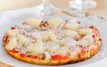 Пицца с копченой курицей и ананасами: рецепт с фото