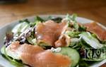 Как приготовить салат с копченым лососем?