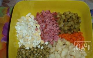 Оливье с копченой колбасой: 2 лучших рецепта