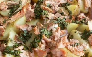 Картошка с копченой рыбой: рецепты в горшочках и духовке