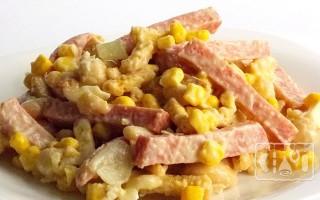 Салаты с копченой колбасой: 25 лучших рецептов