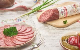 Калорийность сырокопченой колбасы: на 100 грамм и в одном кусочке