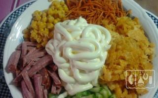 Салаты с копченой колбасой и кукурузой: 10 лучших рецептов