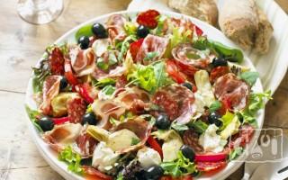 Салат с копченой колбасой и яйцом: 4 лучших рецепта