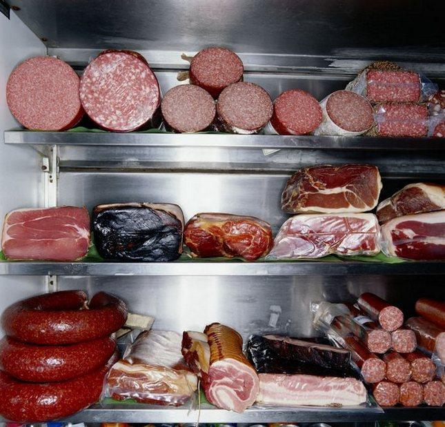 Холодильник с мясом и колбасами