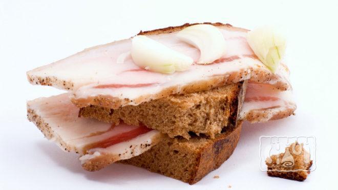 Бутерброд с копченым салом