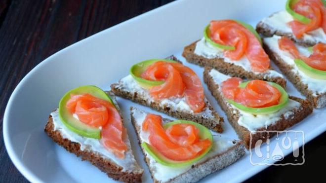 Бутерброды с копчёным лососем и авокадо