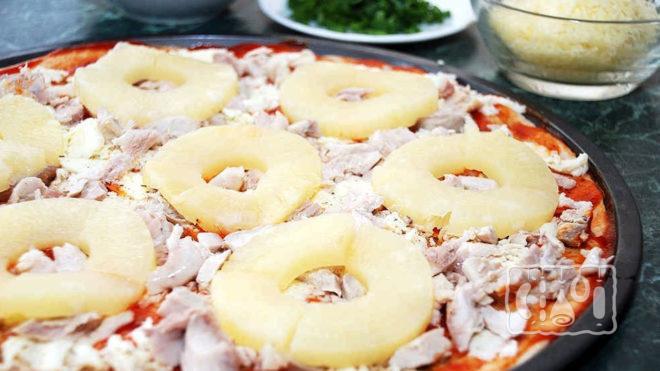 Пицца с копченой грудкой и ананасами
