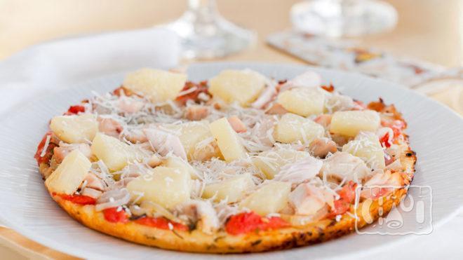 Пицца с копченой курицей и ананасами