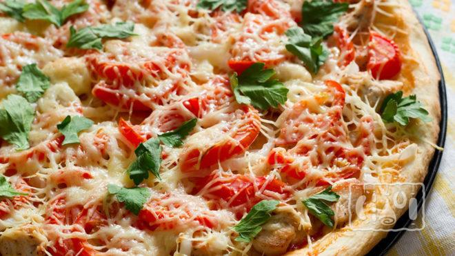 Пицца с копченой курицей и помидорами