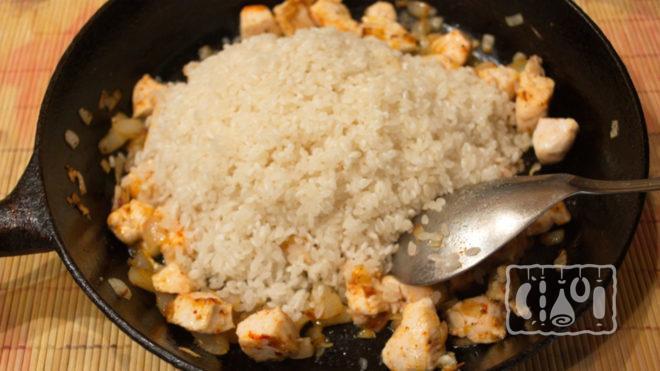 Рис с копченой курицей на сковороде