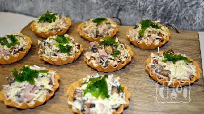 Тарталетки с копчёной курицей и грибами