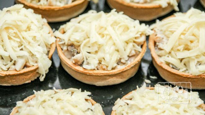 Тарталетки с копченой курицей и сыром