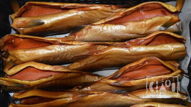 Копченые тушки лосося