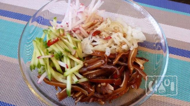 Салат из копченых ушек
