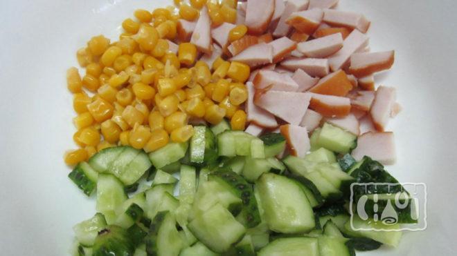 Дополнили салат со свежим огурцом и копчёным окорочком кукурузой