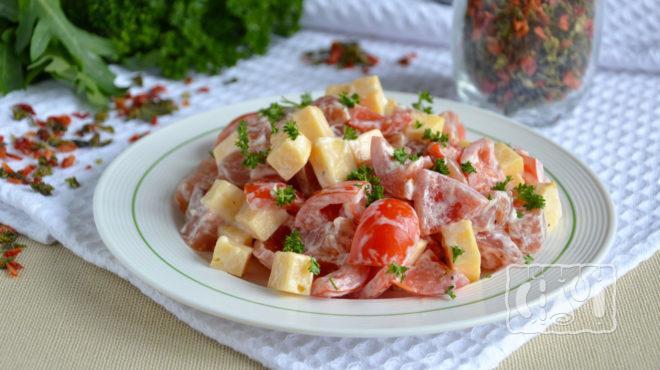 Фото салата из помидоров и и копчёного окорочка