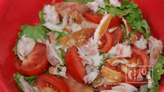 Фото второго варианта салата из помидоров и копчёного окорочка