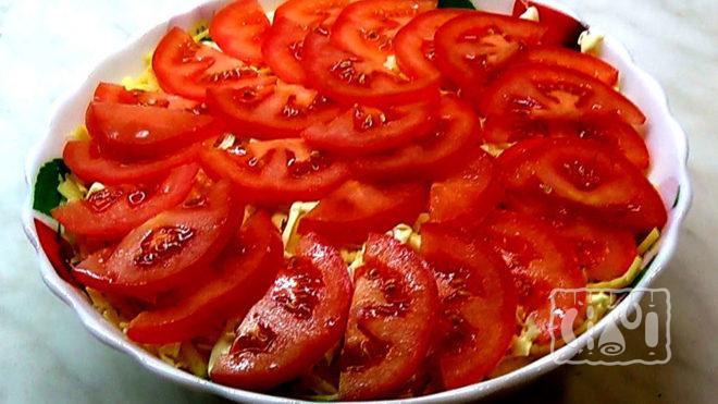 На фото салат чикаго с копчёным окорочком