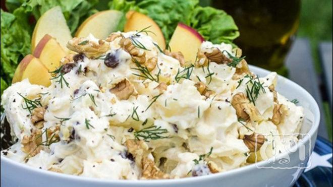 На фото салат с копчёным окорочком и ананасом вариант с яблоками