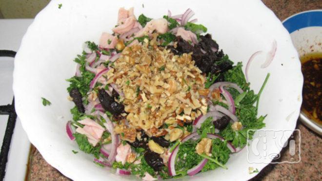 На фото салат с копчёным окорочком и черносливом
