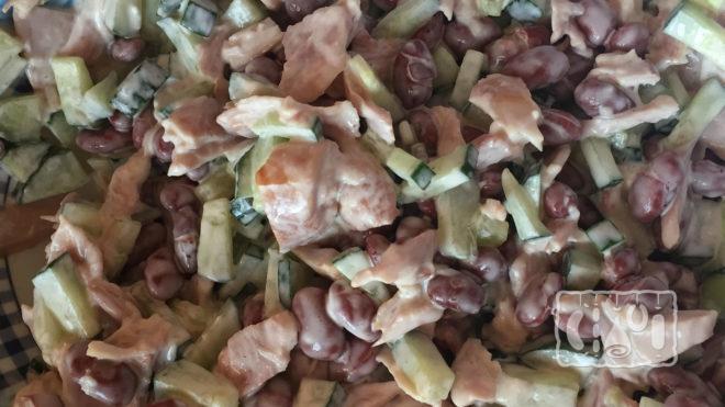На фото салат с копчёным окорочком и фасолью