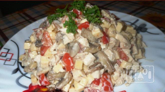 На фото салат с копчёным окорочком и шампиньонами