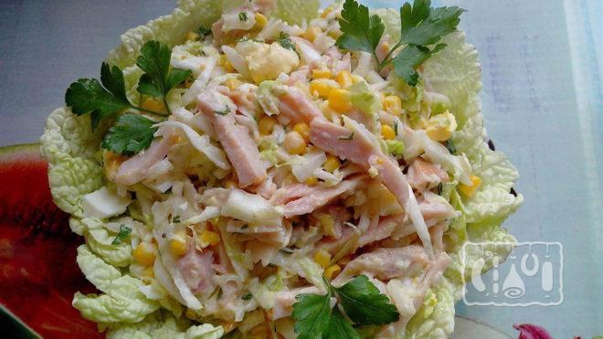 На фото салат с копчёным окорочком и свежей капустой