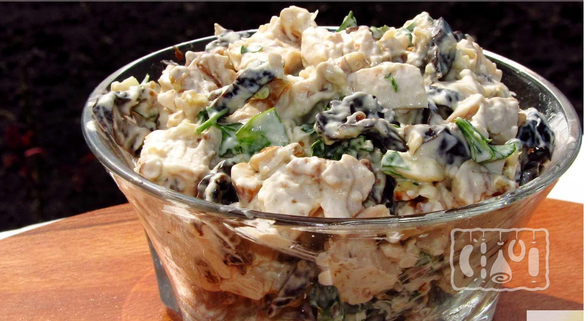 салат с отварной курицей и грибами