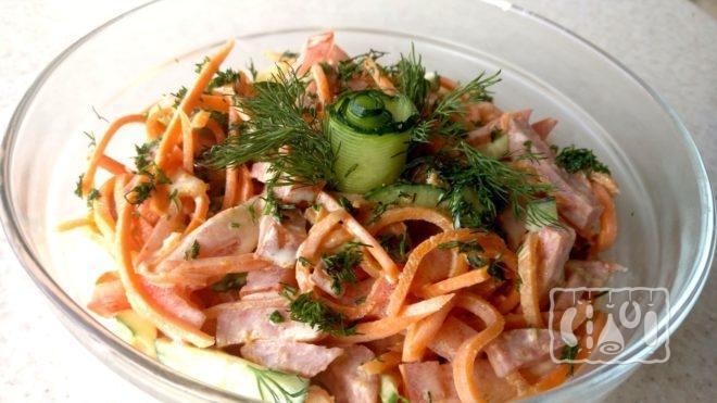 Рецепт салата с копченой колбасой и огурцами