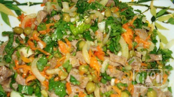 Как сделать салат с сыром, грибами и копченой свининой