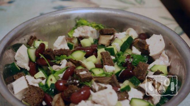 Японский салат с грибами и курицей
