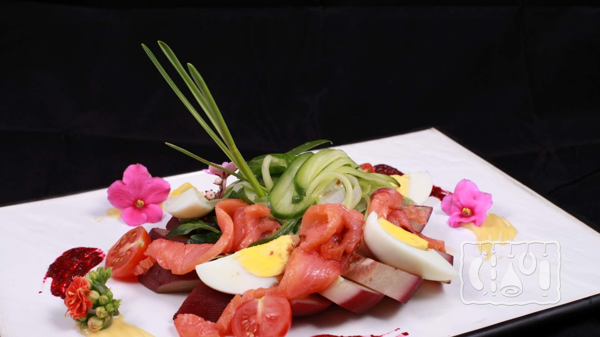 Салат с лососем копченым в апельсиновом соусе