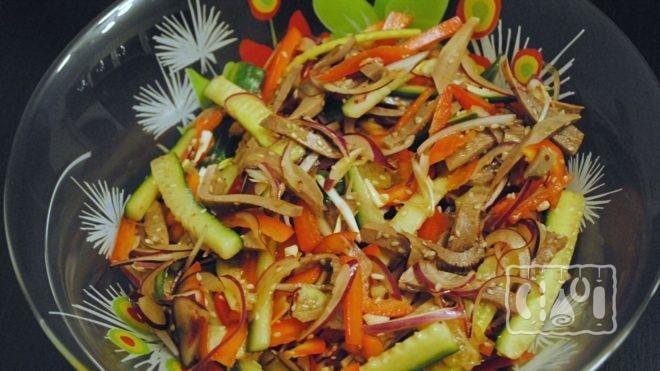 Как сделать салат с копченой говядиной и солеными огурцами
