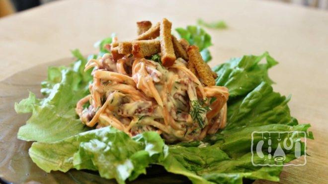 Рецепты салата с копченой курицей и сухариками