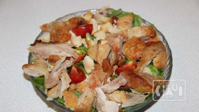 Рецепты салата Цезарь с копченой курицей
