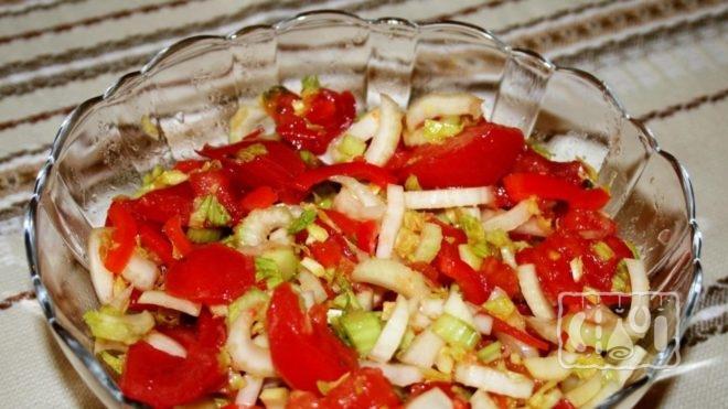 Рецепт салата с копченой колбасой и помидорами