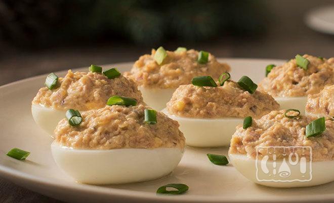 Фаршированные яйца с паштетом и зеленью