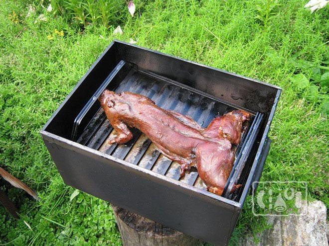 Фото мяса крольчатины в коптилке