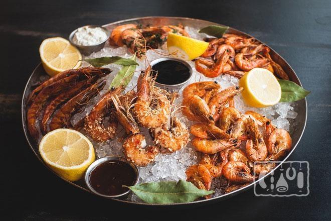 Фото креветок и других морепродуктов на одной тарелке