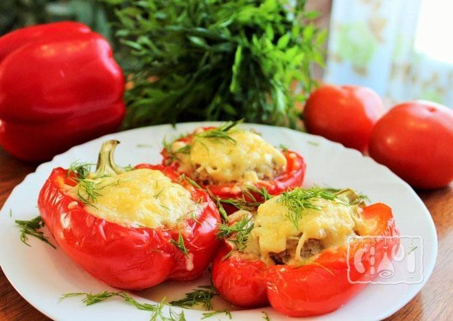 Фото фаршированных перцев с копченой курицей под сыром